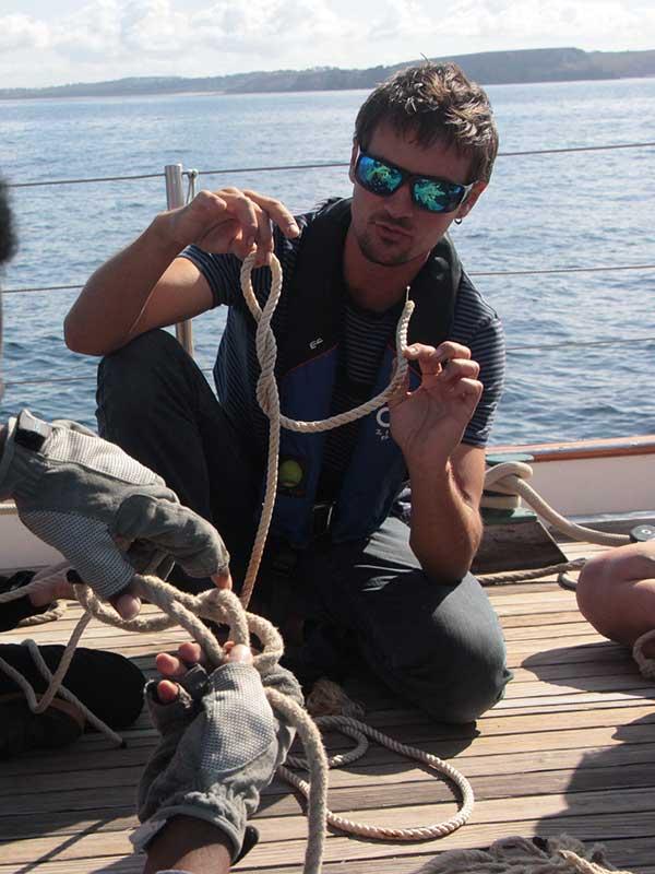 Equipage bateau qui apprend à faire les noeuds  - Skeaf